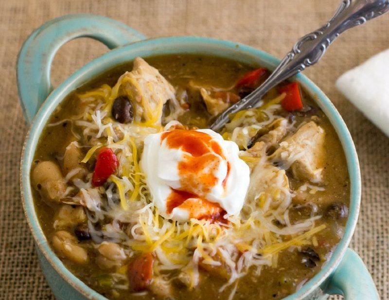 Hearty Crock Pot Chicken Chili Recipe via easycrockpotrecipe.com